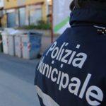 Assembramenti, polizia municipale costretta a sanzionare anche i più giovani