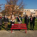 """25 Novembre, inauguratain Piazza della Pacela panchina rossa donata da ABB Il Sindaco Vadi: """"Un'azione importante da parte di chi ha scelto di investire sul nostro territorio. Tutela dei diritti e lotta alla violenza di genere come prerogativa di sviluppo della società"""""""