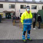 Volontari in servizio per impedire gli assembramenti fra studenti davanti alle scuole superiori