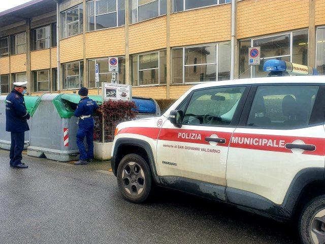 Abbandonava rifiuti in piazza della Libertà, denunciato